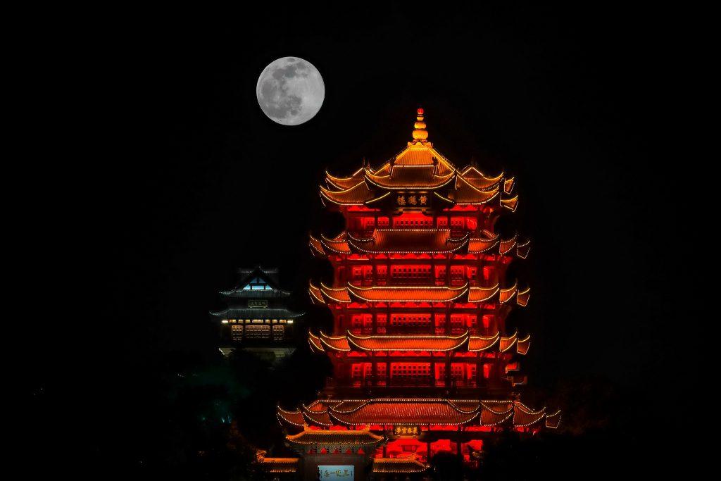 Полная луна над городом Ухань