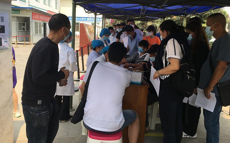 Китай ускорил вакцинацию от COVID-19