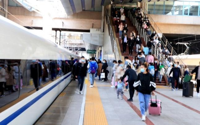 Во второй день каникул суточный пассажиропоток на железных дорогах КНР вновь превысил предэпидемический уровень
